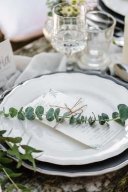 Fotoaufnahme durch Hochzeitsfotograf Veronika Anna Fotografie aus Straubing von der Tischdekoration bei der Natural Wedding von Olivia und David
