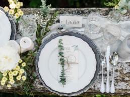 Vogelperspektive auf den natürlich dekorierten Tisch bei der Hochzeit von Olivia und David in Oberbayern