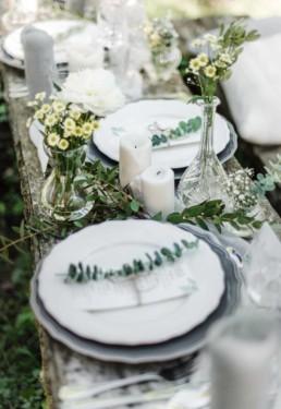 Natürlich dekorierter Tisch auf der Hochzeit von David und Olivia in München