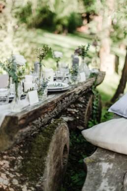 Blick auf die Tischdekoration von David und Olivia bei ihrer Hochzeit in Oberbayern