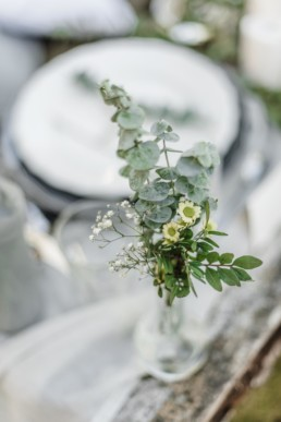 Nahaufnahme durch Hochzeitsfotograf Veronika Anna Fotografie von einer Vase mit Blumen bei der Hochzeit von Olivia und David in München