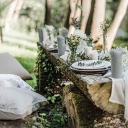 Baumstämme als Tisch auf der Hochzeit von David und Olivia in Oberbayern