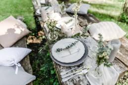 Natürliche Tischdekoration bei der Hochzeit von David und Olivia in Oberbayern