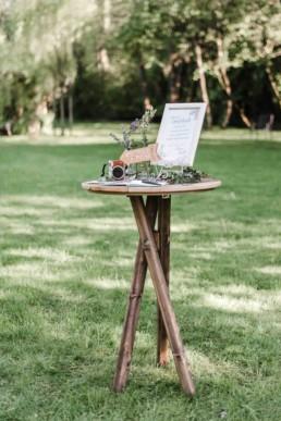 Fotoaufnahme durch Hochzeitsfotograf Veronika Anna Fotografie von Tisch mit Polaroidkamera bei Hochzeit in Oberbayern