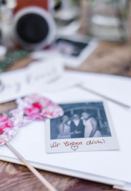 Polaroid von den Gästen für das Hochzeitsalbum von Olivia und David