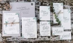 Foto durch Hochzeitsfotograf Veronika Anna Fotografie von den Einladungskarten zur Hochzeit von Olivia und David in München