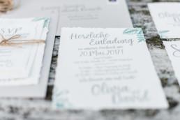 Olivia und David laden ihre Gäste mit einer natürlich gestalteten Karte zu ihrer Hochzeit in Oberbayern ein