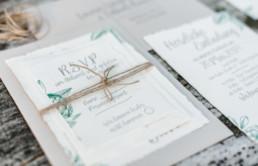 Nahaufnahme einer Einladungskarte für die Hochzeit von Olivia und David in Oberbayern