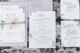 Fotoaufnahme durch Hochzeitsfotograf Veronika Anna Fotografie von den Safe-the-Date-Karten für die Hochzeit von Olivia und David