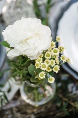 Natürlicher Blumenstrauß als Teil einer Tischdekoration auf der Hochzeit von Olivia und David
