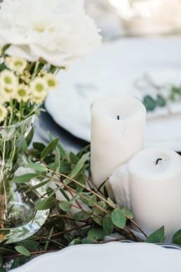 Kernzen und Blumen als natürliche Tischdekoration für eine Hochzeit