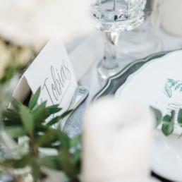 Nahaufnahme durch Hochzeitsfotograf Veronika Anna Fotografie der Tischdekoration auf der Hochzeit von Olivia und David in Oberbayern