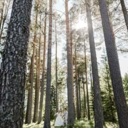 Professionelles Fotoshooting mit dem Brautpaar Petra und Daniel im Wald an ihrem Hochzeitstag in Schweden fotografiert von Hochzeitsfotograf Veronika Anna Fotografie aus München