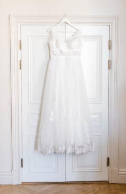 Hochzeitskleid von Braut Petra am Hochzeitstag in Schweden fotografiert von Hochzeitsfotograf Veronika Anna Fotografie aus München