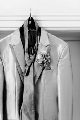 Edler Hochzeitsanzug mit Krawatte und Ansteckblume von Bräutigam Daniel am Hochzeitstag in Schweden fotografiert von Hochzeitsfotograf Veronika Anna Fotografie aus München