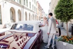 Das Brautpaar Petra und Daniel steigt am Hochzeitstag in Schweden in ihr Hochzeitsauto ein fotografiert von Hochzeitsfotograf Veronika Anna Fotografie aus München