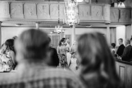 Trauung von Brautpaar Petra und Daniel mit Hochzeitsgästen in der Kirche bei der Trauung am Hochzeitstag in Schweden fotografiert von Hochzeitsfotograf Veronika Anna Fotografie aus München
