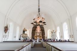 Brautpaar Petra und Danielbei ihrer kirchlichen Trauung in Schweden fotografiert von Hochzeitsfotograf Veronika Anna Fotografie aus München