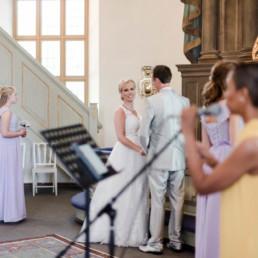 Brautpaar Petra und Daniel am Altar in der Kirche bei ihrer Trauung in Schweden fotografiert von Hochzeitsfotograf Veronika Anna Fotografie aus München