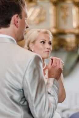 Brautpaar Petra und Daniel bei ihrer Trauung in der Kirche in Schweden fotografiert von Hochzeitsfotograf Veronika Anna Fotografie aus München