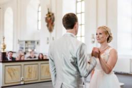 Brautpaar Petra und Daniel sind glücklich und verliebt bei ihrer Trauung in der Kirche in Schweden fotografiert von Hochzeitsfotograf Veronika Anna Fotografie aus München