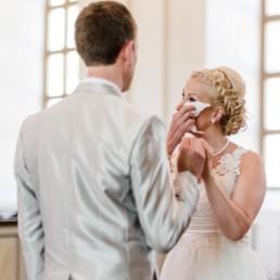 Braut Petra mit Freudentränen bei ihrer Trauung in der Kirche in Schweden fotografiert von Hochzeitsfotograf Veronika Anna Fotografie aus München