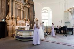 Hochzeit von Brautpaar Petra und Daniel in der Kirche in Schweden fotografiert von Hochzeitsfotograf Veronika Anna Fotografie aus München