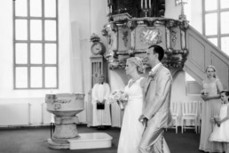 Glückliches Brautpaar Petra und Daniel bei ihrer Hochzeit in der Kirche in Schweden fotografiert von Hochzeitsfotograf Veronika Anna Fotografie aus München