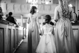 Blumenkinder bei der Hochzeit von Brautpaar Petra und Daniel in der Kirche in Schweden fotografiert von Hochzeitsfotograf Veronika Anna Fotografie aus München