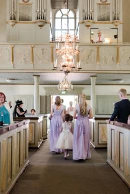 Brautjungfern und Blumenkinder bei der Hochzeit von Brautpaar Petra und Daniel in der Kirche in Schweden fotografiert von Hochzeitsfotograf Veronika Anna Fotografie aus München