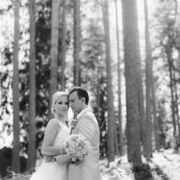 Hochzeitsshooting mit Brautpaar Petra und Daniel am Hochzeitstag im Wald in Schweden fotografiert von Hochzeitsfotograf Veronika Anna Fotografie aus München