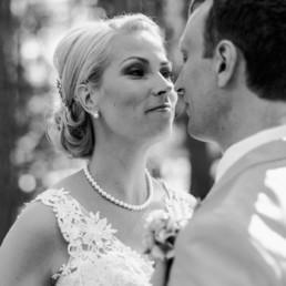 Brautpaar Petra und Daniel schauen sich verliebt an beim Fotoshooting am Hochzeitstag im Wald in Schweden fotografiert von Hochzeitsfotograf Veronika Anna Fotografie aus München