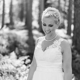 Braut Petra im weißen Hochzeitskleid am Hochzeitstag im Wald in Schweden fotografiert von Hochzeitsfotograf Veronika Anna Fotografie aus München
