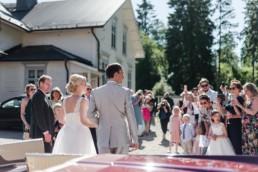 Glückliches Brautpaar Petra und Daniel nach ihrer Trauung in der Kirche in Schweden fotografiert von Hochzeitsfotograf Veronika Anna Fotografie aus München