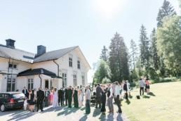Hochzeitsgäste vor der Kirche am Hochzeitstag von Brautpaar Petra und Daniel nach ihrer Trauung in der Kirche in Schweden fotografiert von Hochzeitsfotograf Veronika Anna Fotografie aus München