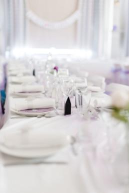 Festliche Tischdeko in der Hochzeitslocation am Hochzeitstag von Brautpaar Petra und Daniel in Schweden fotografiert von Hochzeitsfotograf Veronika Anna Fotografie aus München