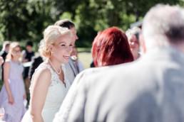 Braut Petra lächelt glücklich bei ihrer Hochzeitsfeier in Schweden fotografiert von Hochzeitsfotograf Veronika Anna Fotografie aus München