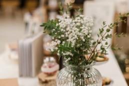 messestand von hochzeitsfotograf Veronika Anna Fotografie auf dem Wedding Festival in mallersdorf-pfaffenberg zwischen Straubing und München - Tisch mit Vase und Fotoalbum