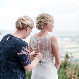 getting ready am hochzeitstag, fotografiert von Hochzeitsfotograf Veronika Anna Fotografie aus München und Straubing, Ankleide vom Brautkleid