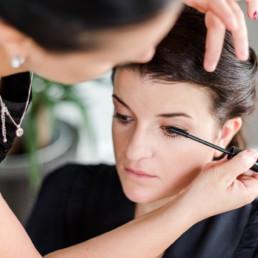 getting ready am hochzeitstag, fotografiert von Hochzeitsfotograf Veronika Anna Fotografie aus München und Straubing, Brautstyling mit Make Up Artistin