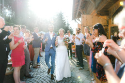 Glückliches Brautpaar Julia und Tom bei ihrer Berghochzeit im Bayerischen Wald mit freier trauung auf der Bergwiese fotografiert von Hochzeitsfotograf veronika anna fotografie