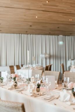 Tischdekoration bei einer Hochzeitsfeier am Starnberger See bei Muenchen fotografiert von Hochzeitsfotografin Veronika Anna Fotografie aus Straubing.
