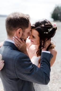 Brautpaarfotos bei einer Hochzeit am Starnberger See bei Muenchen fotografiert von Hochzeitsfotografin Veronika Anna Fotografie aus Straubing.