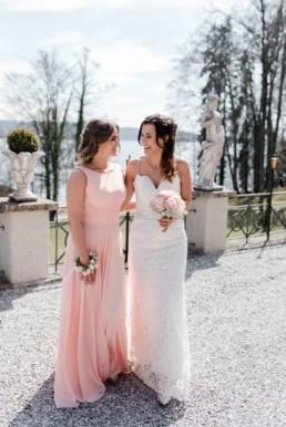 Braut und Trazeugin mit Brautstrauß bei einer Hochzeit am Starnberger See bei Muenchen fotografiert von Hochzeitsfotografin Veronika Anna Fotografie aus Straubing.