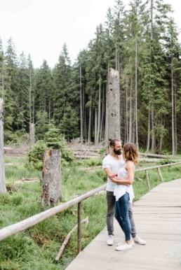 Verlobungsbilder in der Natur im Bayerischen Wald fotografiert von Hochzeitsfotografin Veronika Anna Fotografie aus Niederbayern