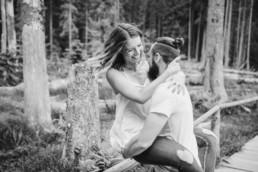 Paarshooting in der Natur im Bayerischen Wald fotografiert von Hochzeitsfotografin Veronika Anna Fotografie aus Niederbayern
