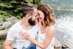 Verlobungsshooting am See im Bayerischen Wald fotografiert von Hochzeitsfotografin Veronika Anna Fotografie aus Niederbayern