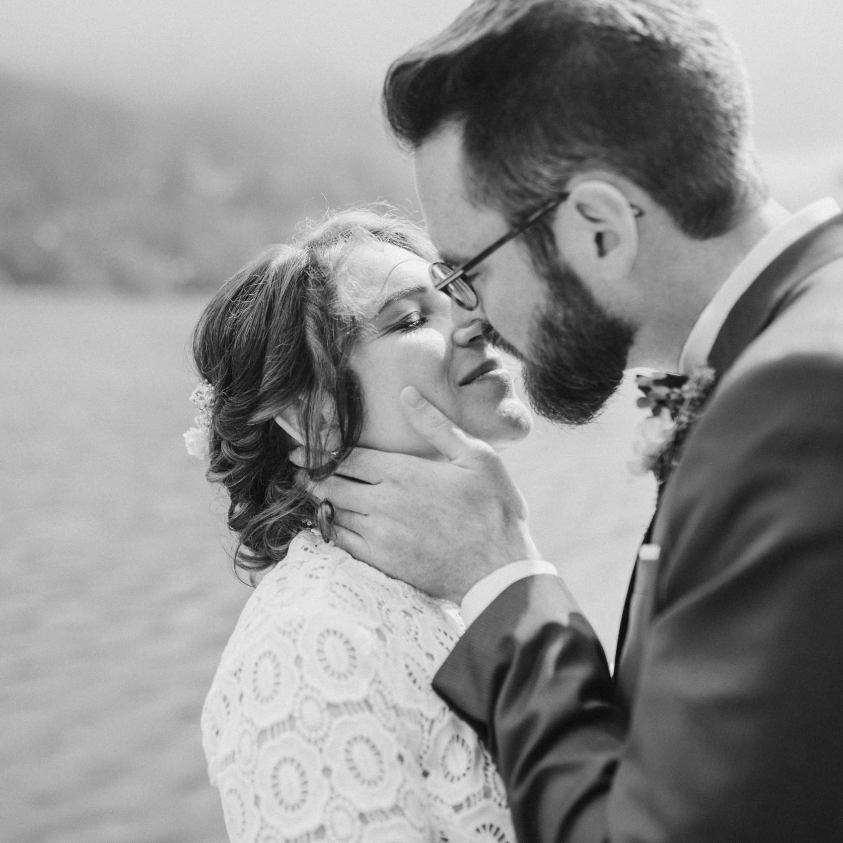 Brautpaarfotos bei einer Hochzeitsfeier am Tegernsee fotografiert von Hochzeitsfotografin Veronika Anna Fotografie aus Muenchen