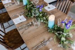 Romantische Tischdekoration bei einer Hochzeitsfeier am Tegernsee fotografiert von Hochzeitsfotografin Veronika Anna Fotografie aus Muenchen