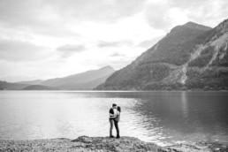 Paarshooting am Wasser mit Bergen im Hintergrund. Aufgenommen von Hochzeitsfotografin Veronika Anna Fotografie am Walchensee